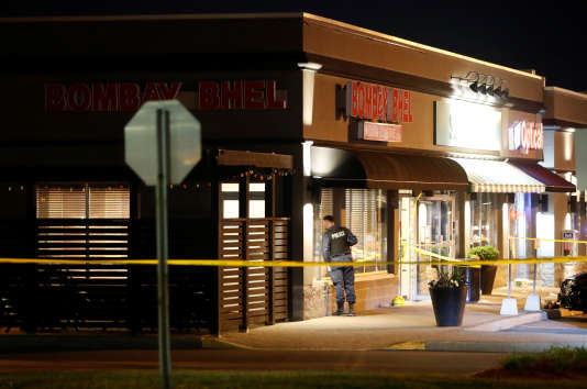 Un officier de police devant le restaurant Bombay Bhel, à Mississauga, dans l'Ontario, où deux hommes ont déclenché une bombe le jeudi 24 mai.