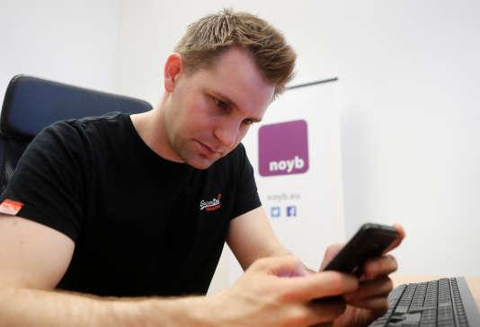 L'ONG de l'activiste autrichien Max Schrems– ici le 22 mai dans son bureau de Vienne, en Autriche– estime que certaines entreprises forcent les internautes à consentir à leurs politiques de confidentialité.