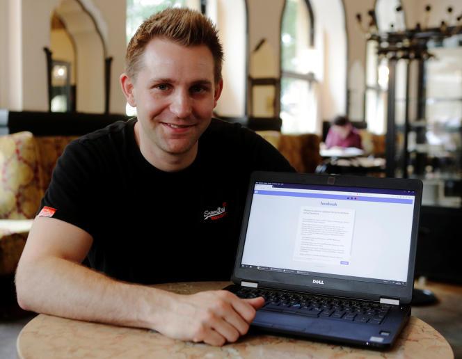 Le juriste et activiste autrichien Max Schrems devant la mise à jour des conditions d'utilisation de sa page Facebook, à Vienne, le 22mai 2018.