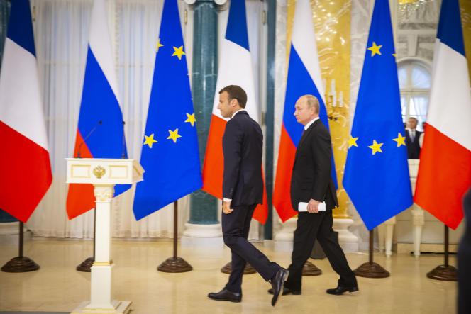 Vladimir Poutine et Emmanuel Macron arrivent à une conférence de presse commune au Palais Constantin, le 24 juin.