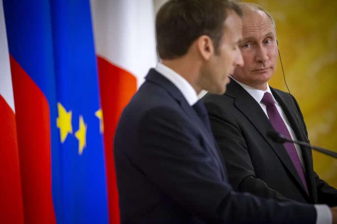 Vladimir Poutine et Emmanuel Macron participent à une conférence de presse au Palais Constantin à une vingtaine de kilomètres de Saint-Pétersbourg, Russie, jeudi 24 mai 2018.