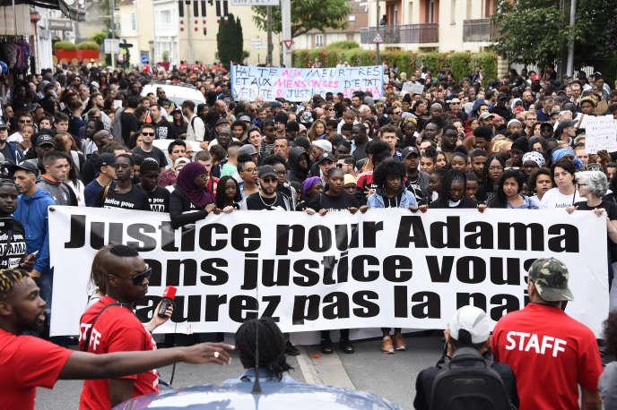 Marche en mémoire d'Adama Traoré, à Beaumont-sur-Oise (Val-d'Oise), le 22 juillet 2017.