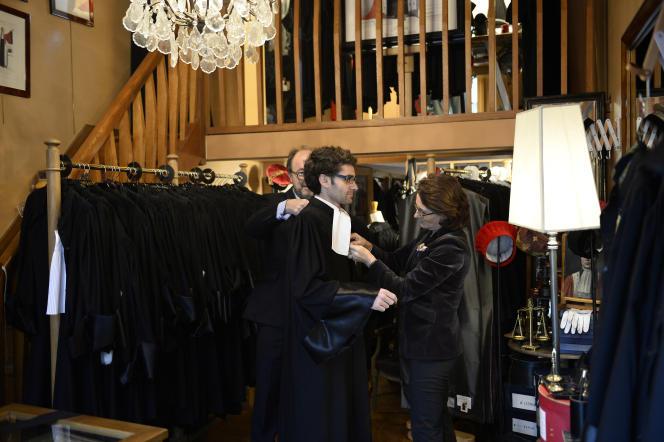 Essayage de robe d'avocat à la«Maison Bosc» à Paris, spécialisée dans la confection de ces vêtements.