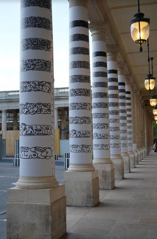 L'installation éphémère de LMDZ (Le Module De Zeer) dans la cour d'honneur du Palais-Royal, face aux colonnades de Daniel Buren.