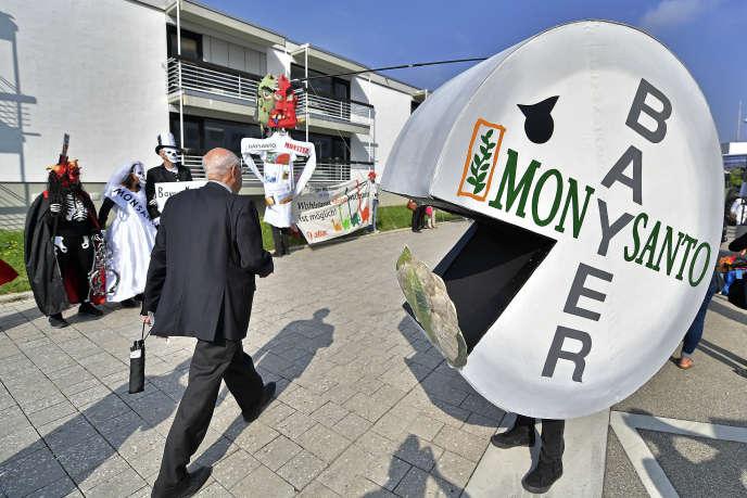 Manifestation contre Monsanto à Bonn, en Allemagne, lors de l'assemblée générale de Bayer, le 25 mai.