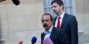 CGT union general secretary Philippe Martinez (C) and Laurent Brun (R), CGT railway workers general secretary, speak to the press after a meeting with French Prime minister as part of the negotiations on planned overhaul of SNCF on May 25, 2018 at the Matignon hotel in Paris. / AFP / FRANCOIS GUILLOT