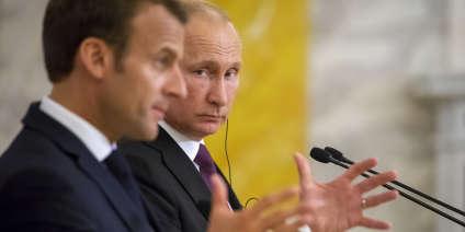 «Face à lui, l'homme fort du Kremlin, courtois mais impassible, le vouvoyait et ne s'engageait guère au-delà de propos très convenus» (Vladimir Poutine et Emmanuel Macron à une conférence de presse au Palais Constantin, en Russie, le 24 mai).