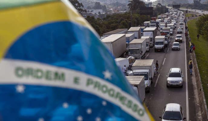 Des camionneurs brésiliens bloquent une route non loin de Sao Paulo (sud-est), au quatrième jour d'une grève motivée par la hausse des prix du diesel, le 24 mai.