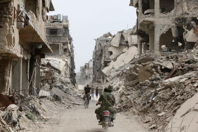 Des membres des forces pro-Assad, dans les ruines de Yarmouk, le 22 mai.