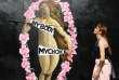 Une femme marche devant un oeuvre d'art urbaine en faveur de la légalisation de l'avortement en Irlande.