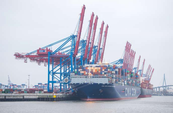 Le CMA CGM Saint-Exupéry, l'un des plus grands porte-conteneurs du monde, dans le port de Hambourg (nord de l'Allemagne), le 15 mars.