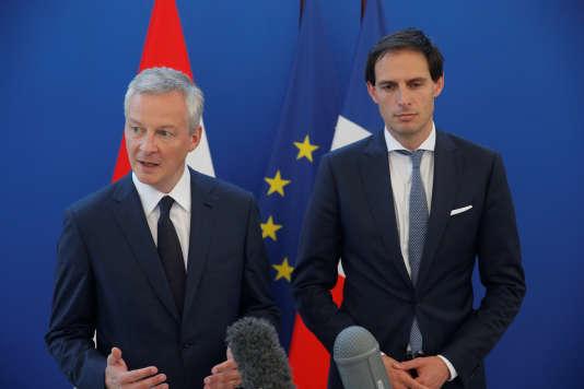Le ministre des finances français, Bruno Le Maire (à gauche), et son homologue néerlandais, Wopke Hoekstra, à Paris, le 11 mai.