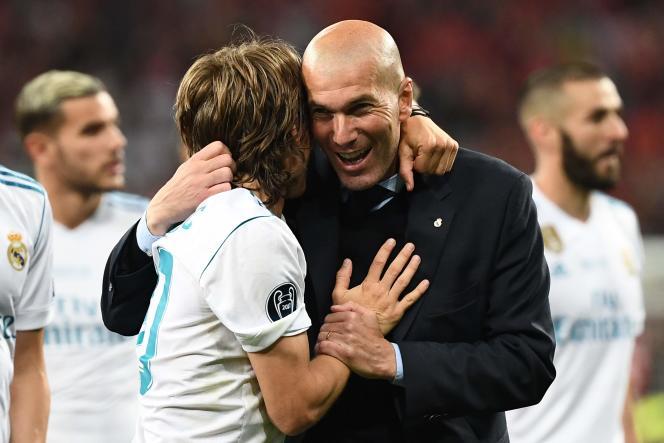 Zinedine Zidane et le milieu de terrain du Real Madrid Luka Modric célèbrent la victoire de leur équipe lors de la finale de la Ligue des champions, à Kiev (Ukraine), le 26 mai.