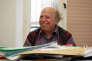 Pierre Hassner, directeur de recherches au Centre d'études et de recherches internationales, est mort dans la nuit du 25 au 26 mai 2018. Il posait ici le 25 février 2003 dans son bureau parisien.