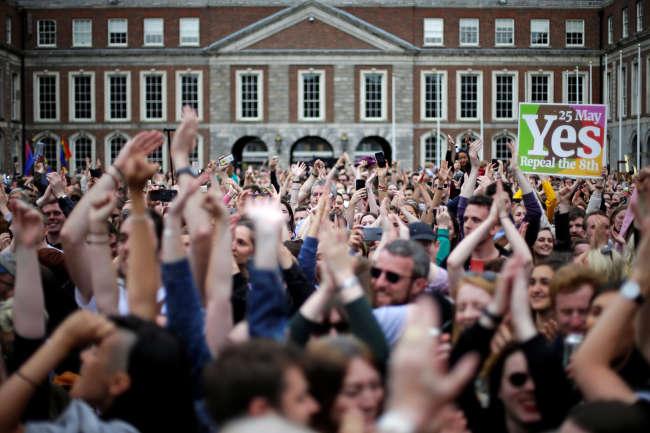 Des Irlandais célèbrent le résultat du référendum du 25 mai 2018, qui légalise l'IVG, jusque là interdit dans ce pays très catholique.