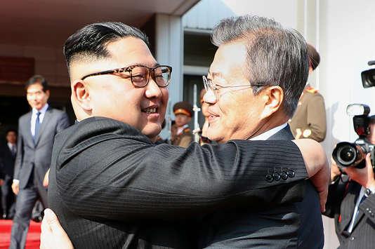 Kim Jong-un etMoon Jae-in, le 26 mai, dans la zone démilitarisée entre les deux Corées.