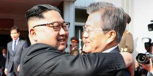 Le président sud-coréen Moon Jae-in et le leader nord-coréen Kim Jong-un,le 26 mai dans la zone démilitarisée entre les deux Corées.