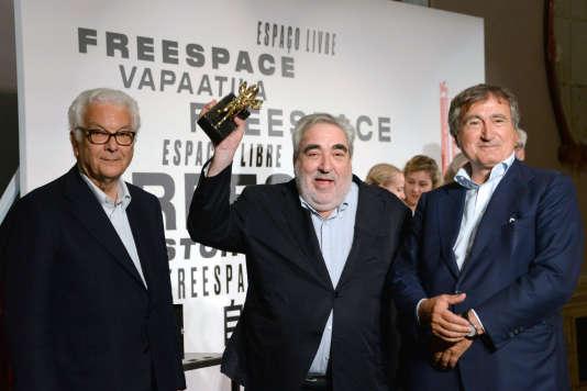 L'architecte portugais Eduardo Souto de Moura (au centre) avec son Lion d'or du meilleur projet, entouré du président de la Biennale d'architecture, Paolo Baratta (à gauche), et du maire de Venise, Luigi Brugnaro, lors de la cérémonie de clôture de la 16e Biennale de Venise, le 26 mai 2018.