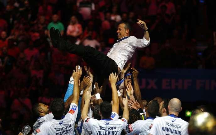 Patrice Canayer, porté en triomphe par ses joueurs, a remporté dimanche sa seconde Ligue des champions avec Montpellier.