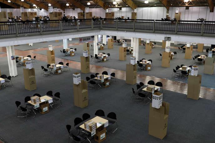 Des tables et des urnes pour l'élection présidentielle du 27 mai 2018 en Colombie.