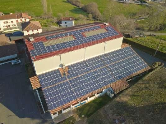 La centrale photovoltaïque installée sur le toit d'un bâtiment communal du petit village de Macaye (500 habitants) est l'une des plus grandes et plus puissantes installées par I-ENER