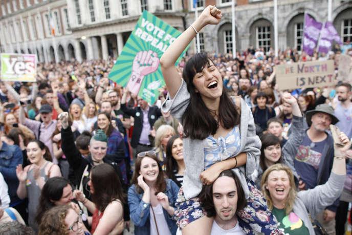 Une foule en liesse s'est rassemblée à Dublin pour célébrer le« oui» au référendum, le 26 mai.
