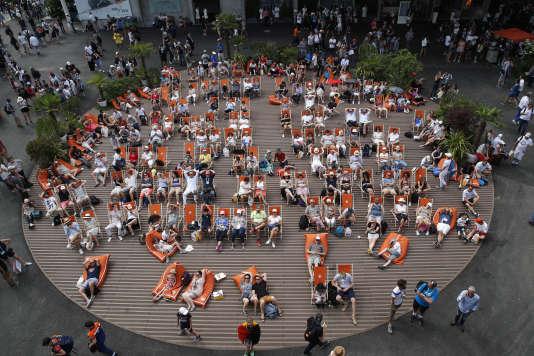 Des spectateurs regardent les matchs sur écran géant, sur l'ancienne place des Mousquetaires, dimanche 27 mai.