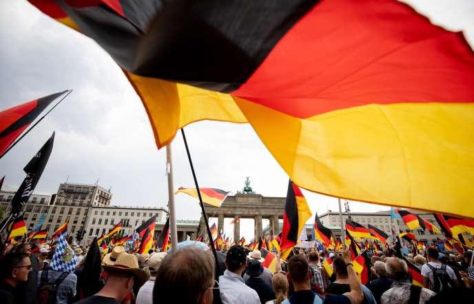 Les sympathisants du parti d'extrême droite AfD devant la porte de Brandebourg, à Berlin, le 27 mai.