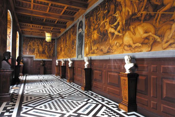 La galerie de Pharsale ou les horreurs de la guerre, avec sa spectaculaire peinture murale ocre, datant du XVIe siècle et récemment restaurée.