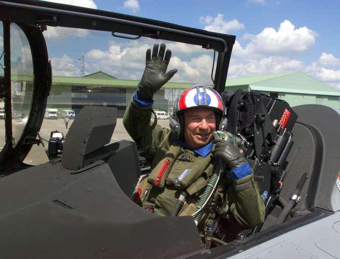 Serge Dassault, dans un cockpit du Rafale, au Bourget, en juin 1999.