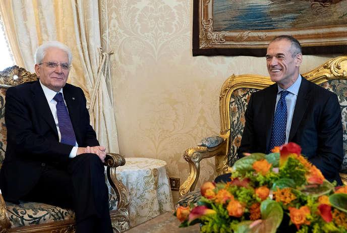 Carlo Cottarelli, à droite, s'entretient avec le président italien Sergio Mattarella au palais du Quirinal, à Rome, le 28mai 2018.