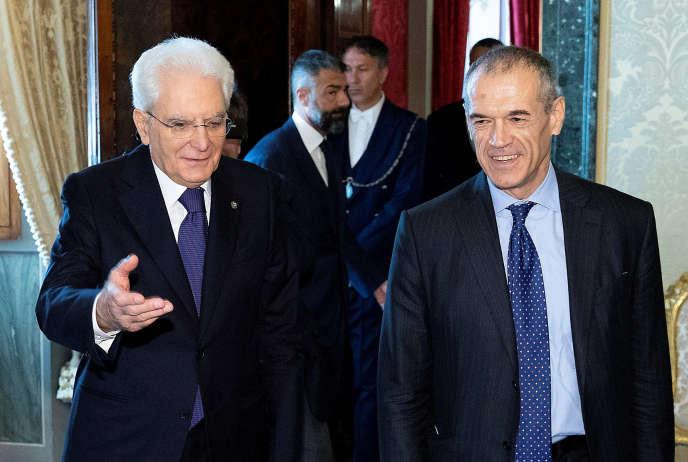Le président italien Sergio Mattarella (à gauche) accueille Carlo Cottarelli au Quirinal, à Rome, le 28 mai.