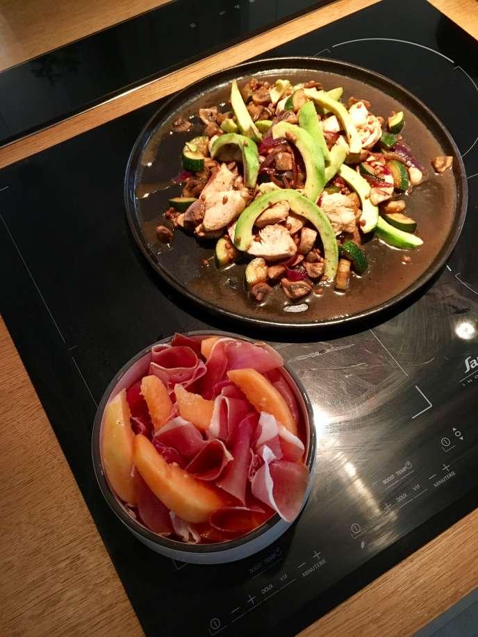 L'entrée,jambon et melon mariné et le plat, poulet, avocat, courgette et oignon.