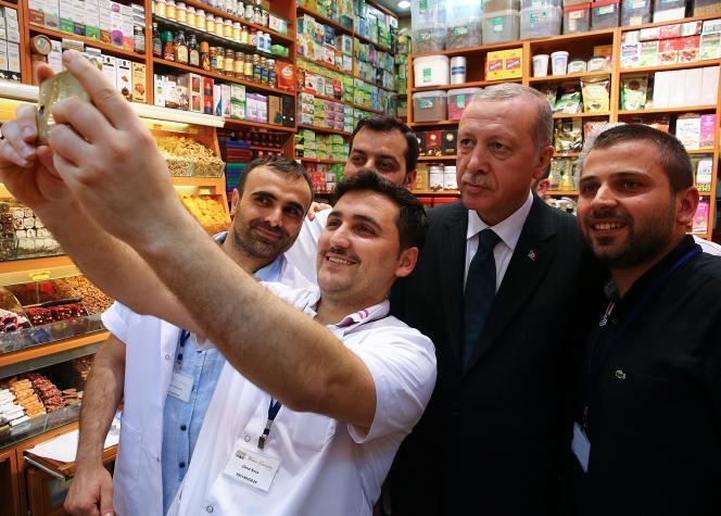 Recep Tayyip Erdogan (au centre), à Istanbul, le 4 mai. Photo fournie par le service de presse de la présidence turque.
