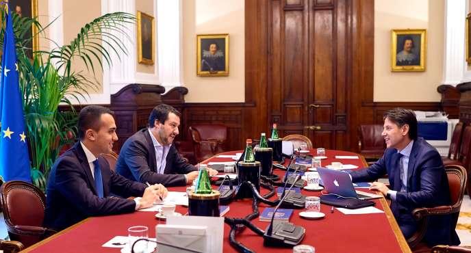 Giuseppe Conte (à droite)face à Luigi Di Maio, du Mouvement cinq étoiles (au centre) et le dirigeant de la Ligue Matteo Salvini (à gauche), le 25 mai à Rome.
