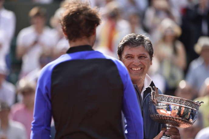 Toni Nadal avec la Coupe des Mousquetaires, après la victoire de son neveu, Rafael, lors de Roland-Garros 2017.
