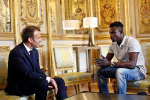 Emmanuel Macron et Mamoudou Gassama, le 28 mai 2018.