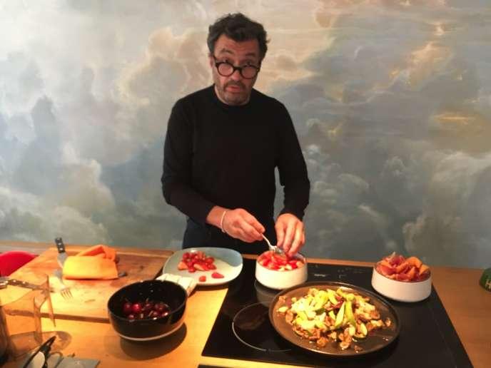 Yves Camdeborde dans la cuisine de son appartement parisien.