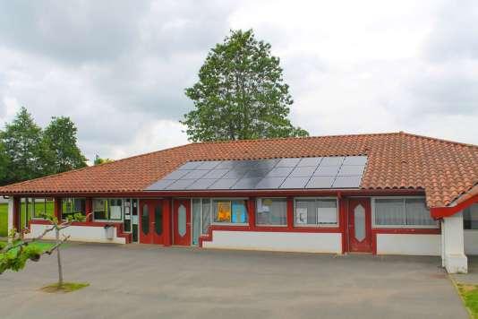 La centrale photovoltaïque sur le toit de l'école publique Arrauntz du village basque d'Ustaritz, première installation faite par I-ENER en juin 2016.
