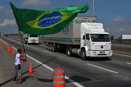 Des routes étaient toujours bloquées dans une vingtaine des 27 Etats que compte le Brésil, lundi 28 mai.