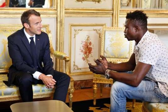 Emmanuel Macron et Mamoudou Gassama, lundi 28mai, au palais de l'Elysée.