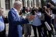 Le PDG de Daimler, Dieter Zetsche de Daimler, interrogé par les médias, après son entretien avec le ministre allemand des transports, Andreas Scheuer, à Berlin, le 28 mai.