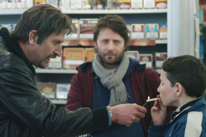 Dany Versavel (François Damiens), évadé de prison pour retrouver son «ket», son fils Sullivan (Matteo Salamone).