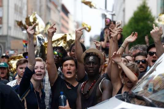 Des contre-manifestants apostrophent d'un doigt d'honneur le défilé organisé par le parti d'extrême droite AfD, à Berlin, le 27 mai.
