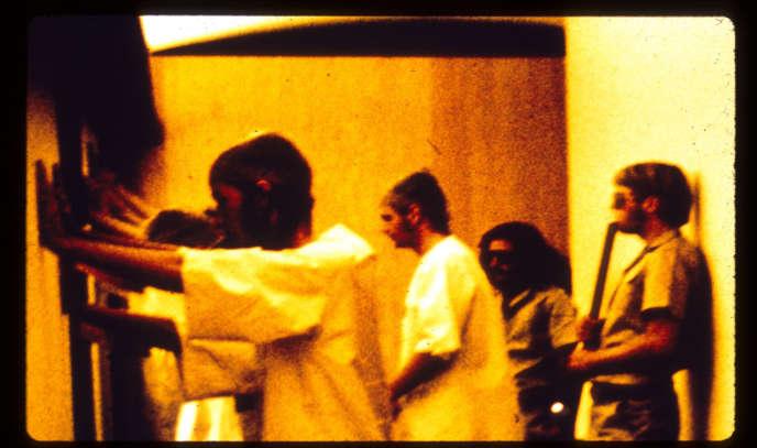 Détenus et gardiens : une photo prise pendant l'« expérience de Stanford ».