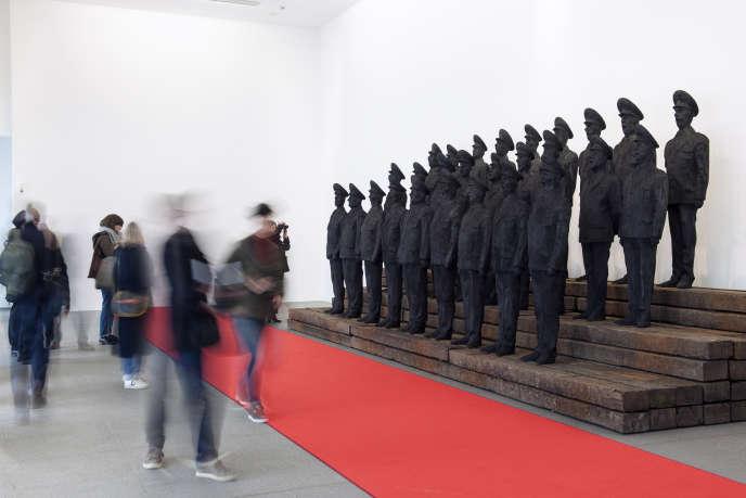 «Otchi Tchiornie», sculpture monumentale en bois brûlé représentant des soldats russes.