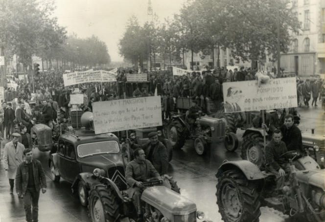 L'entrée des tracteurs et des paysans en colère, le 24 mai 1968, dans le centre-ville de Nantes.