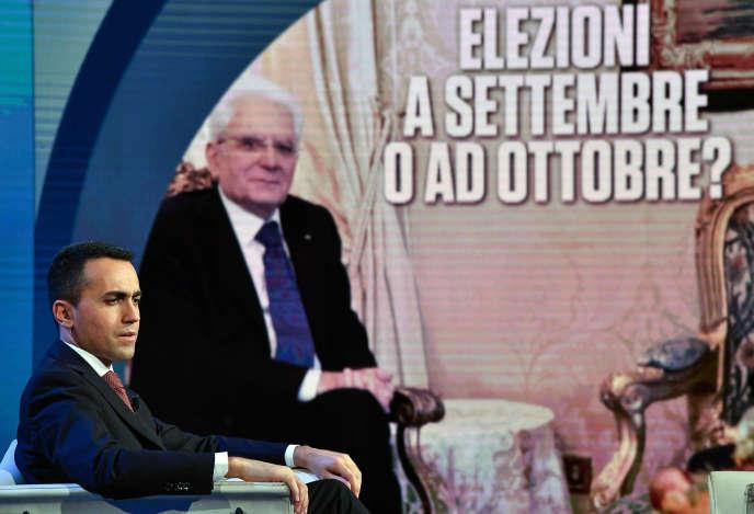 Luigi Di Maio, lors d'une émission télévisée sur Rai Uno, le 28 mai 2018. En arrière-plan, une photo du président italien Sergio Mattarella, avec écrit : « Elections en septembre ou en octobre ?».