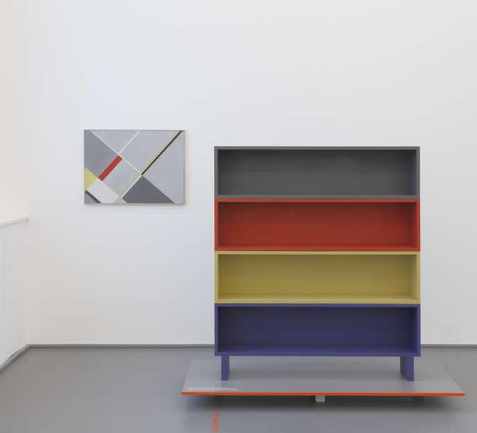 Les étagères sont une édition Domeau & Pérès d'un mobilier imaginé par Sophie Taeuber Arp entre 1928 et 1930 pour sa maison à Clamart (aujourd'hui fondation Arp).