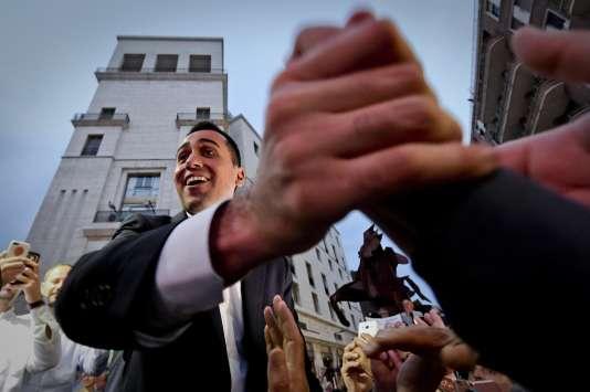 «Si l'expérience prouvait qu'un pays peut sortir la zone euro, alors c'est qu'il deviendrait nécessaire de quantifier la plausibilité d'un tel scénario pour chaque pays» (Luigi Di Maio, leadeur du Mouvement 5 Etoiles, salue la foule àNaples, en Italie, le 29mai).